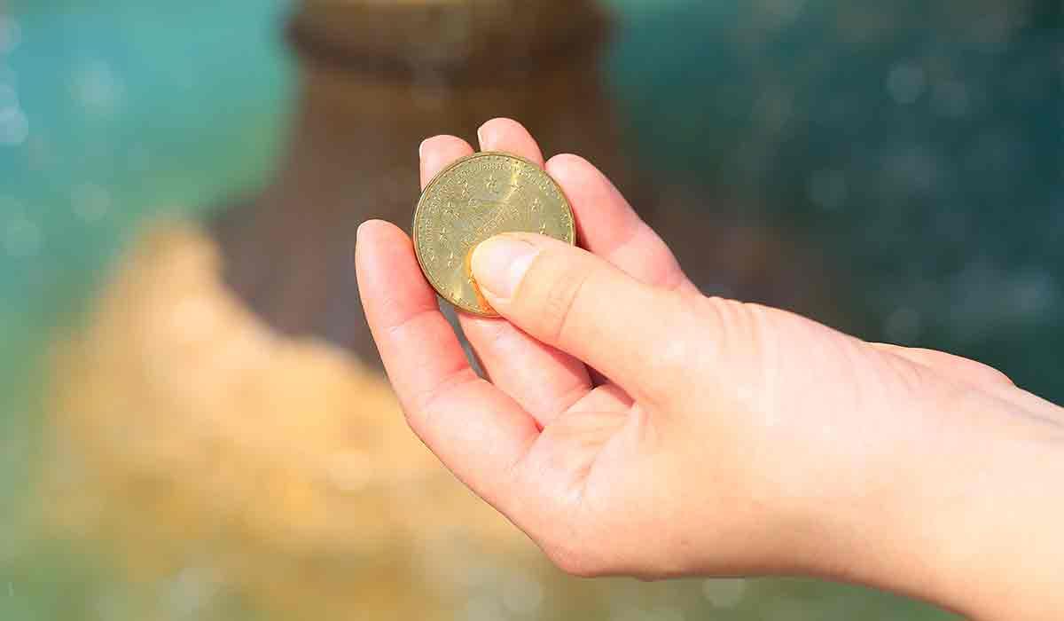 por qué echan monedas al agua
