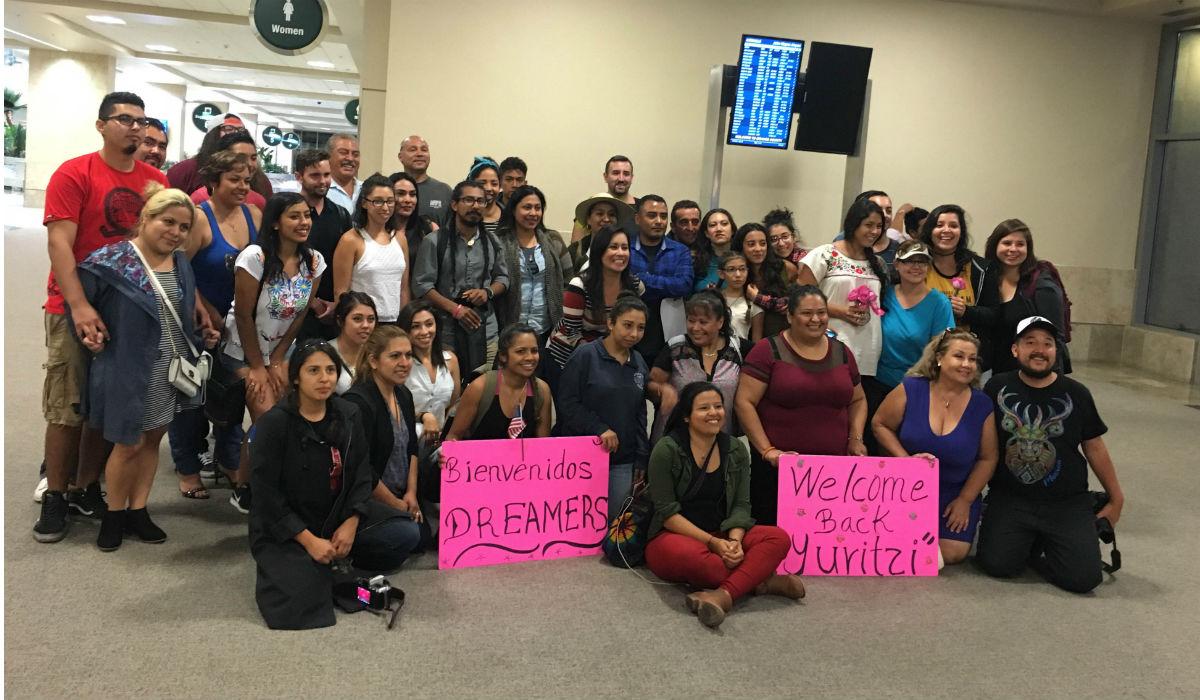 Familias mexicanas esperando a los Dreamers.