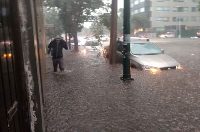 auto queda varado en una inundación-sele