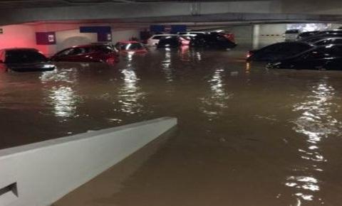 auto queda varado en una inundación