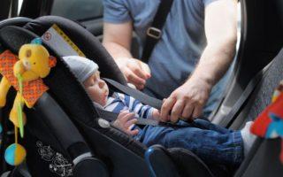 Evita golpes de calor en niños dentro de tu auto