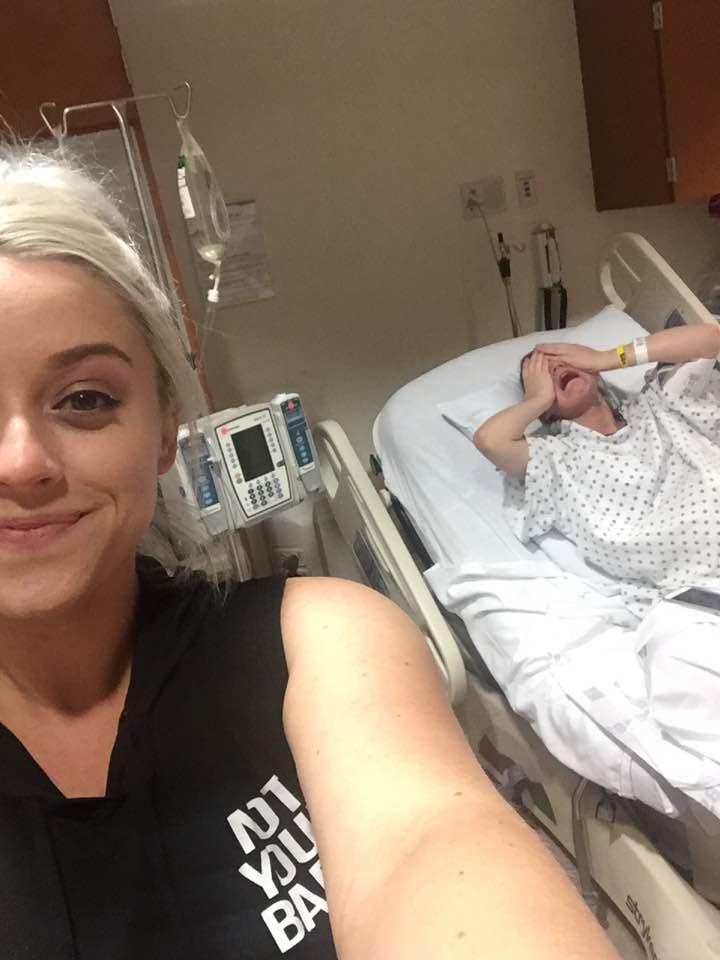 Selfie-Mientras mi hermana está en pleno parto.jpg