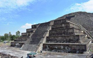 Túnel frente a la pirámide de la luna