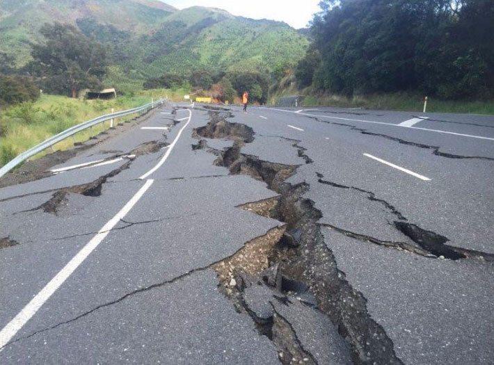 La devastadora sacudida de la onda sísmica principal rara vez dura más de un minuto. Pero, en muchos casos, la preceden temblores secundarios que a menudo ocurren horas, semanas o incluso meses antes de la sacudida más violenta. A medida que la Tierra vuelve a estabilizarse, se suceden una serie de temblores secundarios que, aunque no se aproximan en intensidad al principal, con frecuencia causan daños considerables a algunas estructuras previamente debilitadas por el temblor de tierra. ¿Pueden ocurrir terremotos bajo el mar? Los bloques de la corteza terrestre pueden deslizarse a lo largo de fallas submarinas igual que sucede en la tierra, pero los terremotos que producen tienen poco efecto en la zona inmediata. Algún barco puede sufrir sacudidas, pero no es probable que resulte dañado. Sin embargo, los terremotos submarinos (también llamados maremotos), o los que ocurren muy cerca de las costas, son la causa principal de uno de los desastres naturales más aterradores. A veces estos temblores ponen en movimiento gigantescas murallas de agua conocidas con el nombre japonés de tsunami. Estas olas, que alcanzan hasta 800 kilómetros por hora de velocidad, parecen de mediana magnitud en las aguas profundas del mar abierto. Pero cuando se aproximan a los bajíos cercanos a la costa se hacen muchísimo más lentas y entonces el agua se acumula formando verdaderos muros de una altura superior a los 60 metros que se estrellan contra la tierra con una fuerza tremenda, causando destrucciones y muertes a su paso. Los tsunamis, además, cobran su tributo lejos del lugar del terremoto que los provocó. juan carlos • 2 min juan carlos Ramirez Envía un mensaje