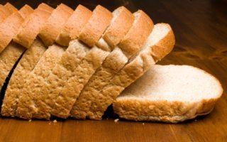 decide mejor entre el pan blanco o el integral