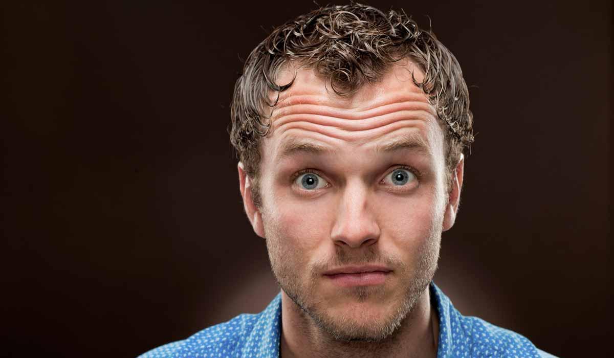 qué significan las arrugas en la frente