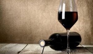 abre una botella de vino sin sacacorcho