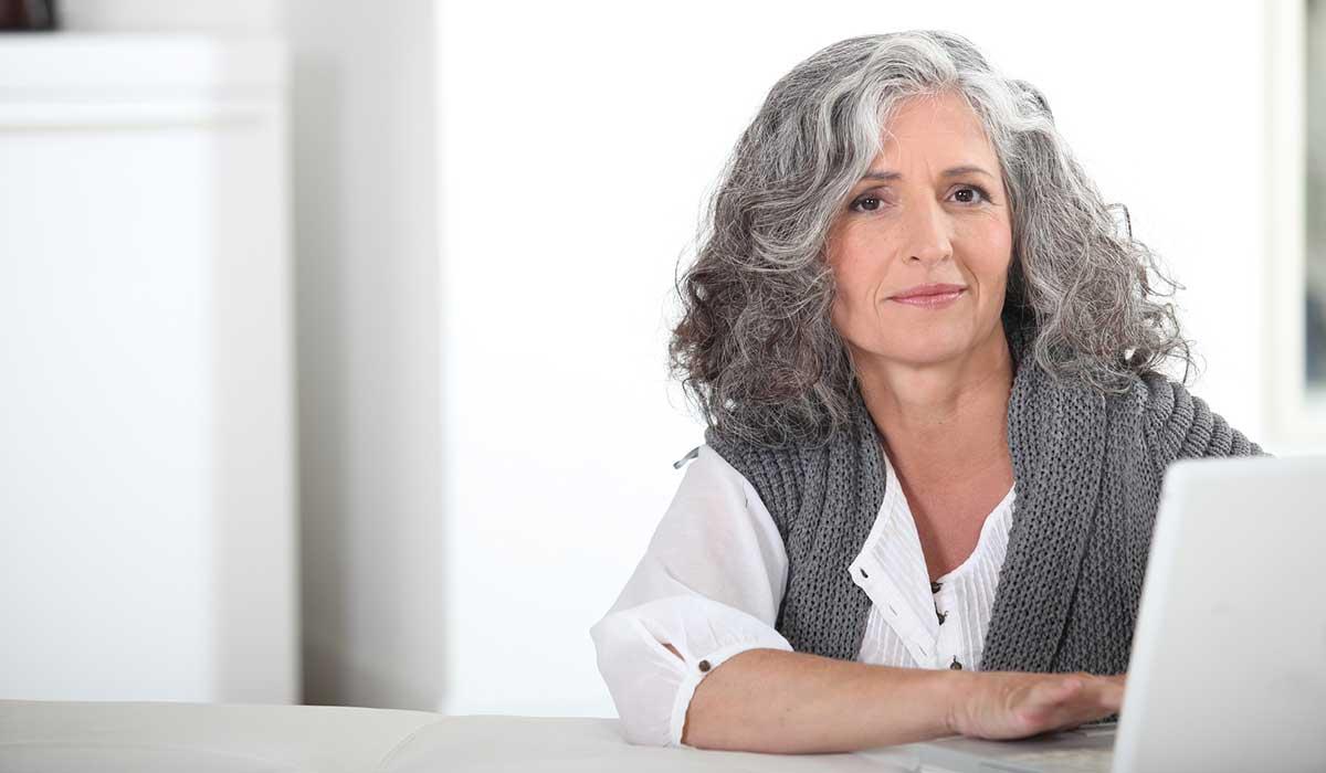 7 razones por las que tu cabello se puede llenar de canas