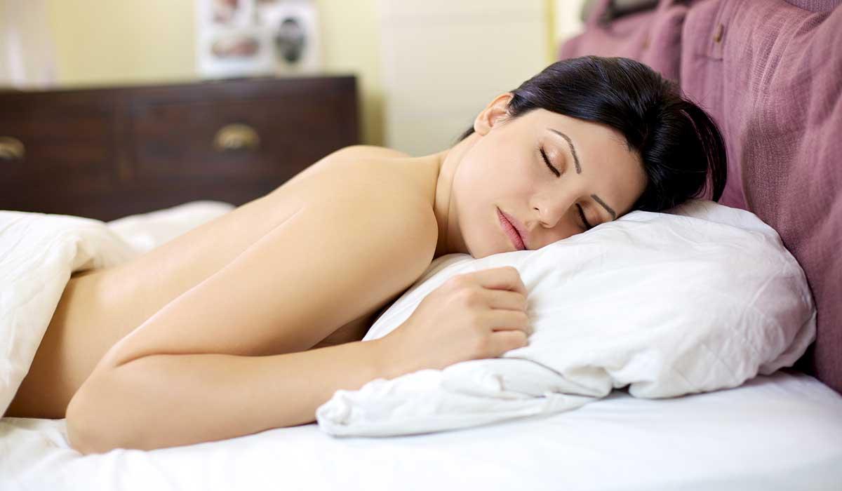 por qué dormir sin ropa