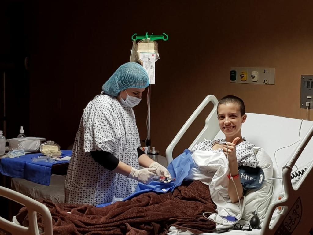 Natalia recibiendo su trasplante de médula ósea.