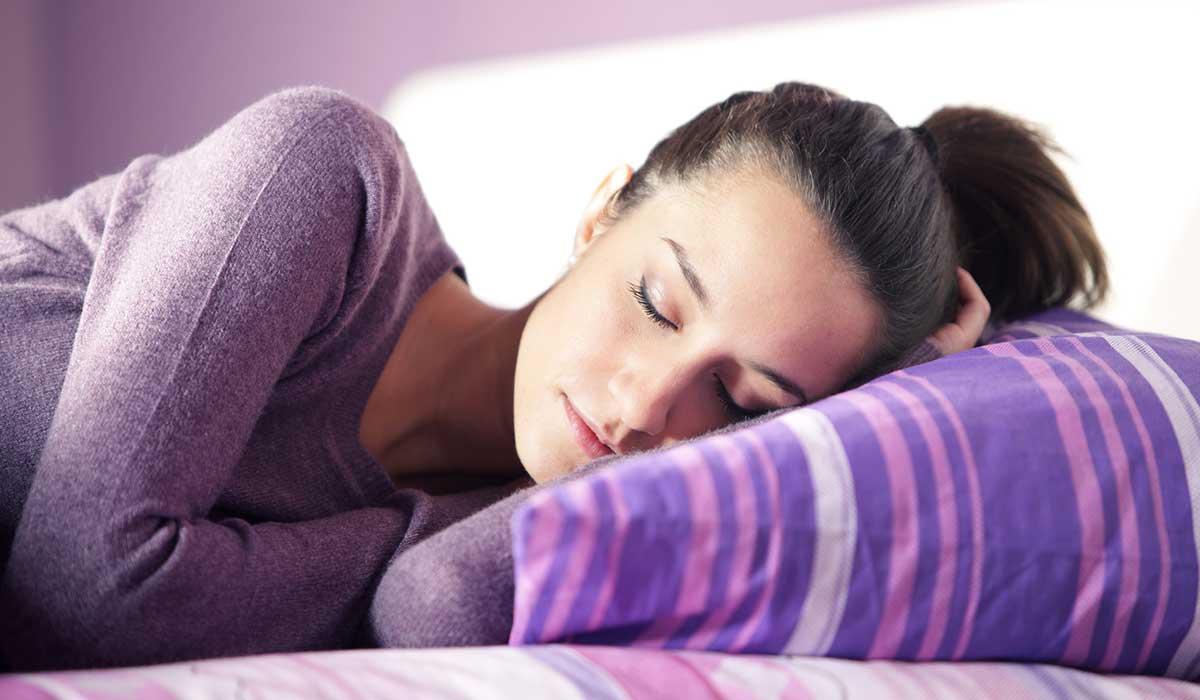 aumenta tu peso si duermes con luz prendida