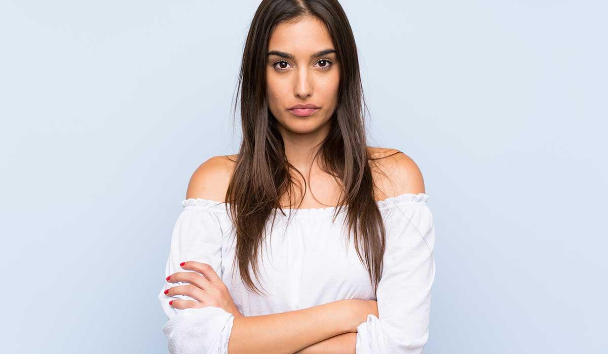 ¿Cruzar los brazos es una grosería? Lo que revela tu lenguaje corporal