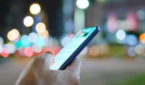cómo puede afectar la luz del celular