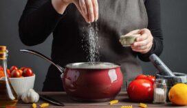 La sal condimenta nuestras comidas, pero también puede enfermarte