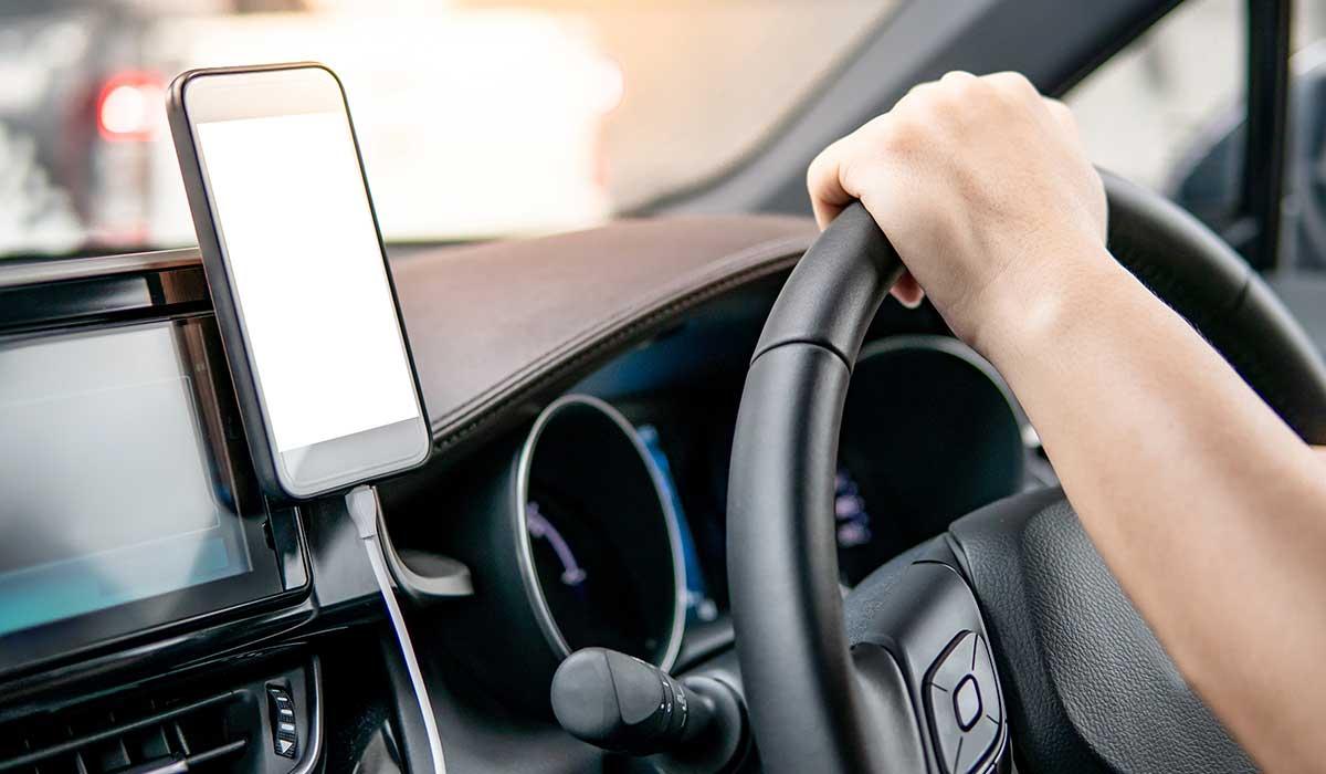 Por esto no deberías cargar tu celular en el auto