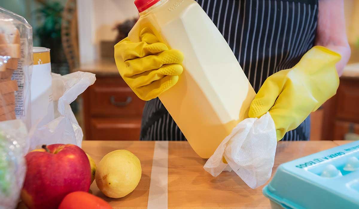 limpia productos de Covid-19 cuando llegues a casa