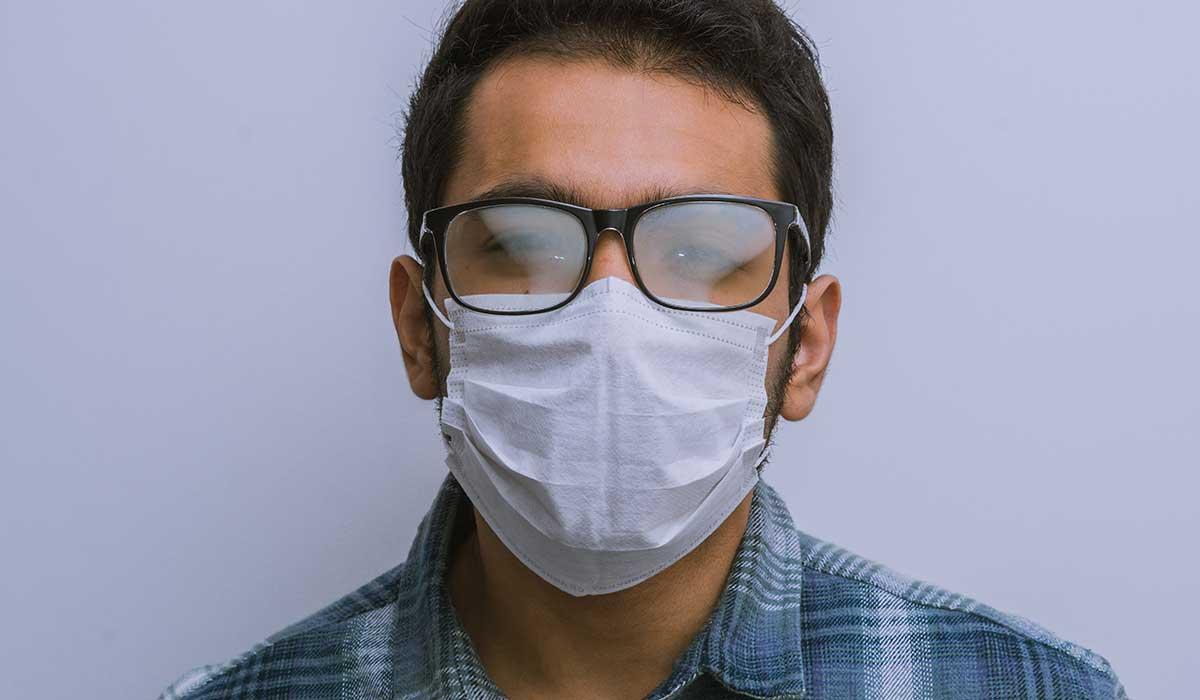 cómo evitar que tus lentes se empañen con el cubrebocas