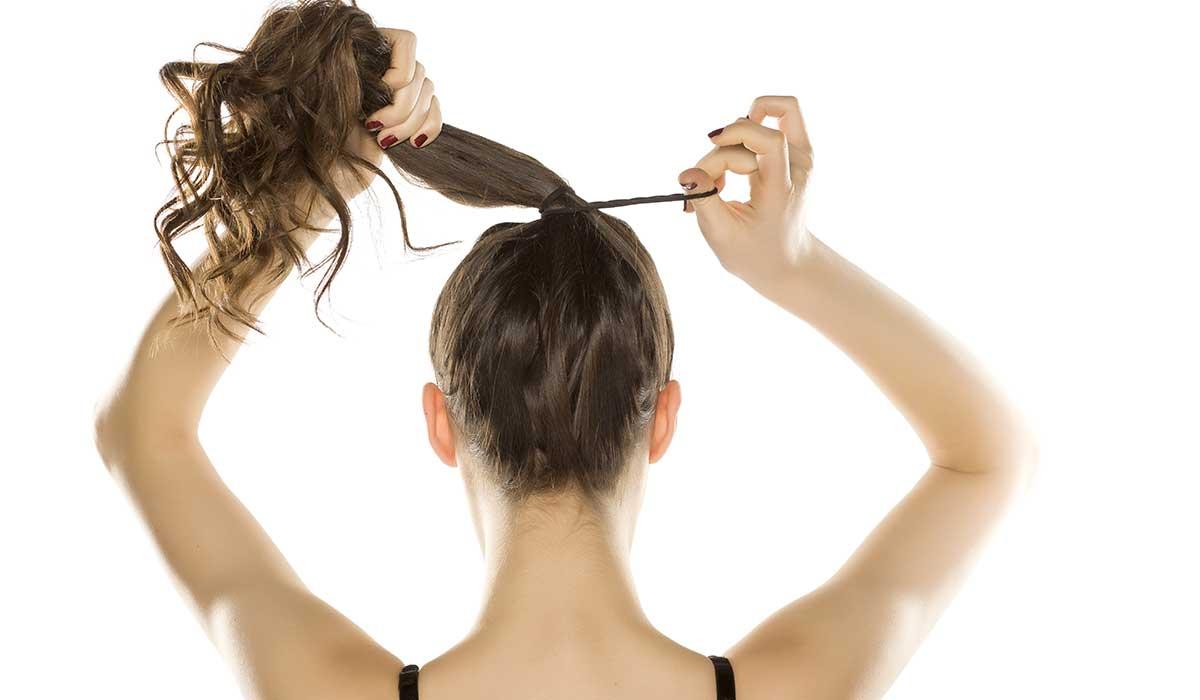 La razón por la que no deberías usar las ligas del cabello en tu muñeca