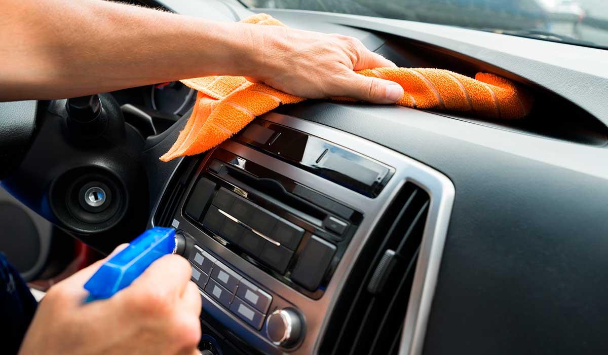 Así es cómo deberías limpiar el interior de tu coche