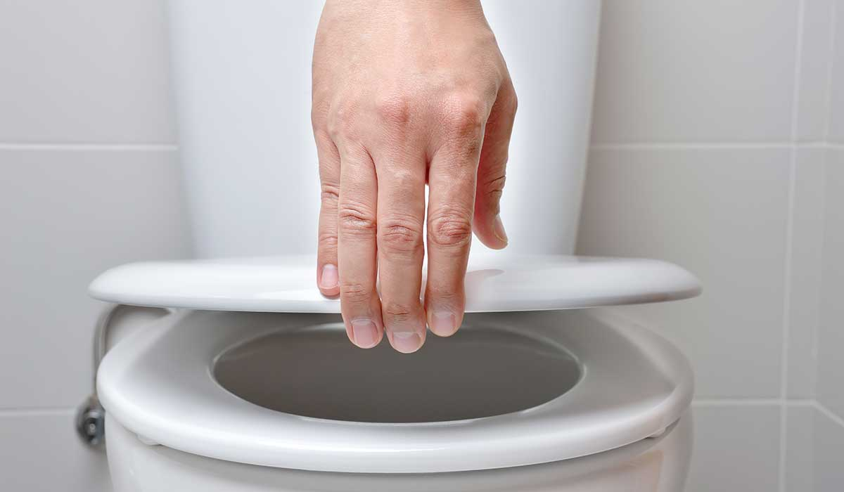la ciencia explica actos raros en el baño