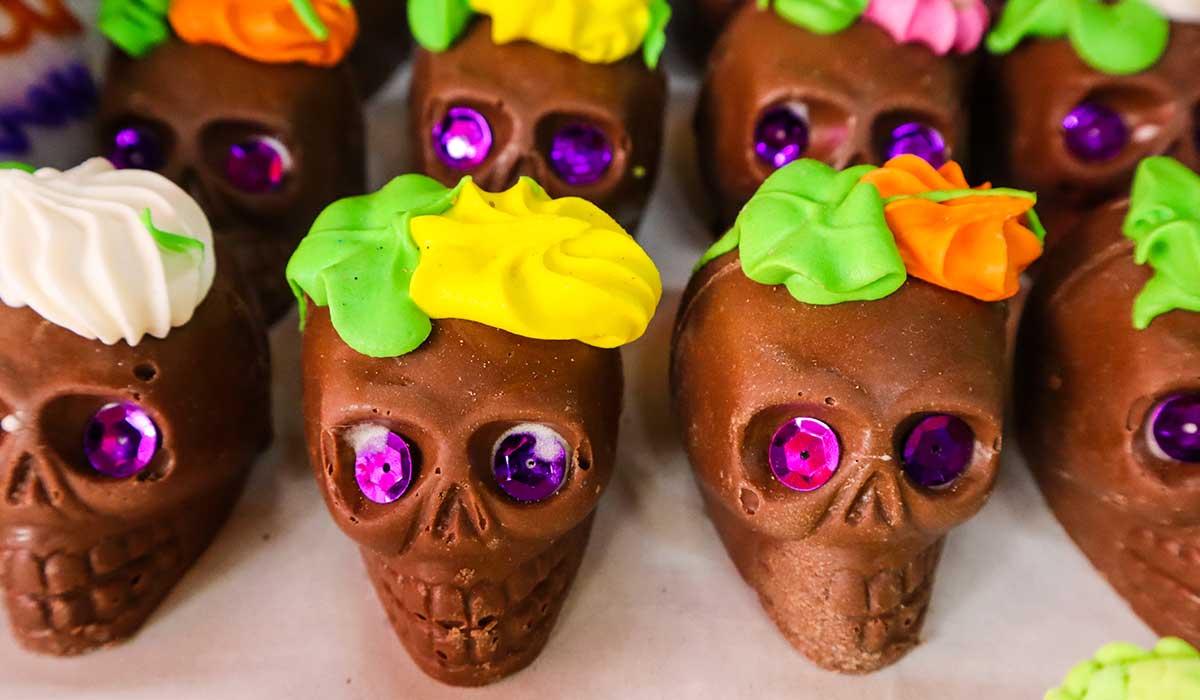 Elabora gomitas de chocolate en forma de calavera para tu altar