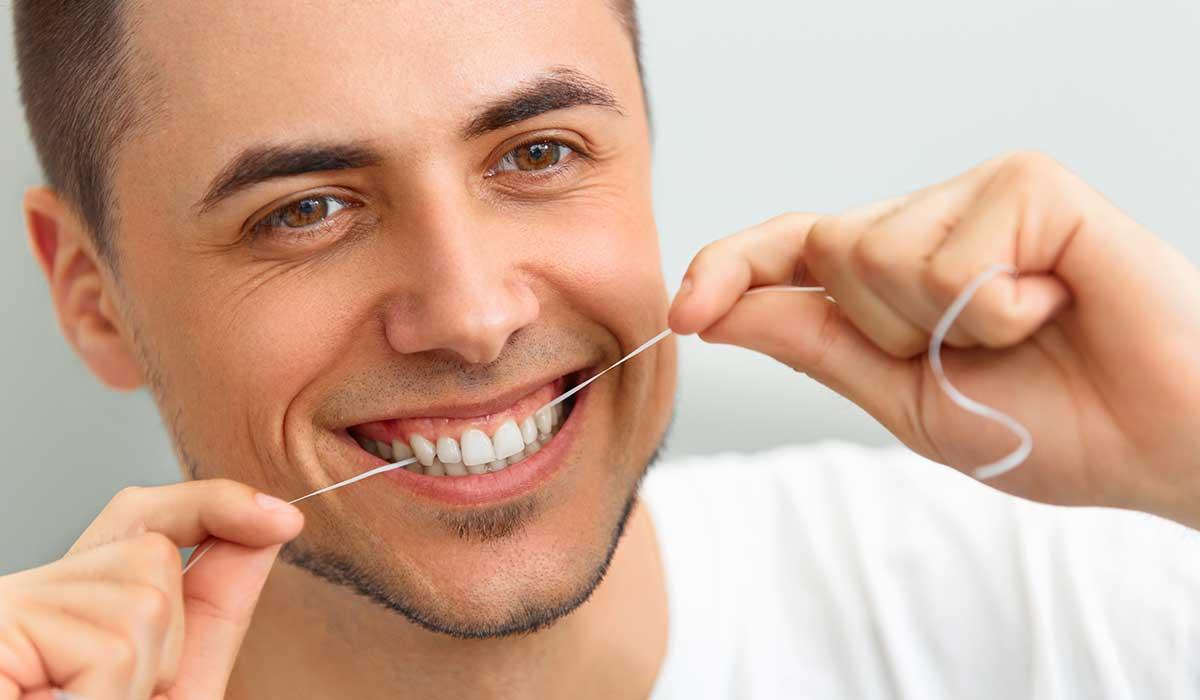 ¿Usar hilo dental o palillos? Esto es lo que los dentistas recomiendan