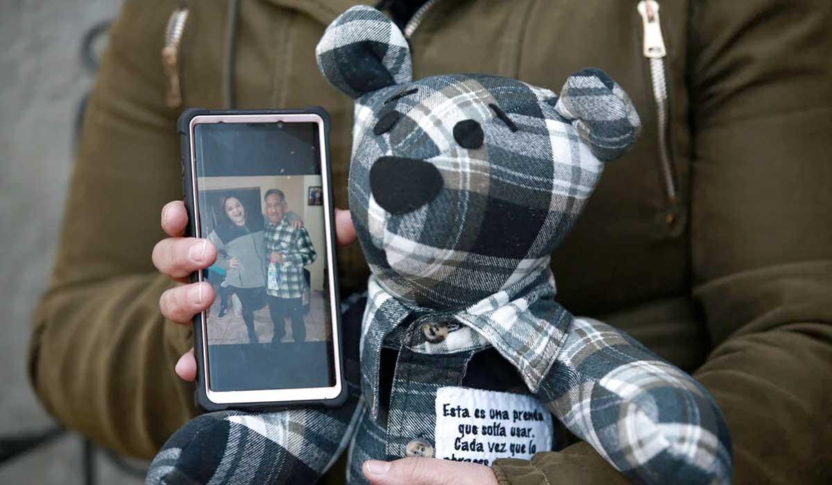 Esta mujer rinde homenaje a víctimas de Covid con oso de tela