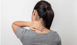 qué puede generar dolor entre los omóplatos