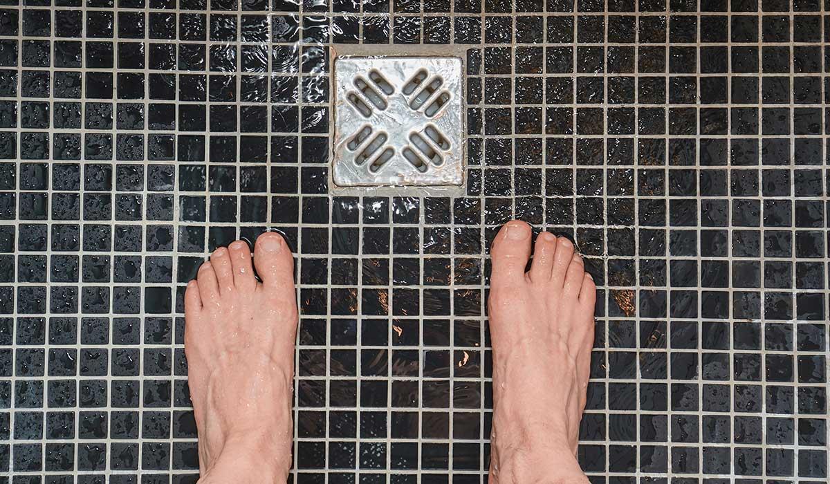 es malo orinar en la ducha