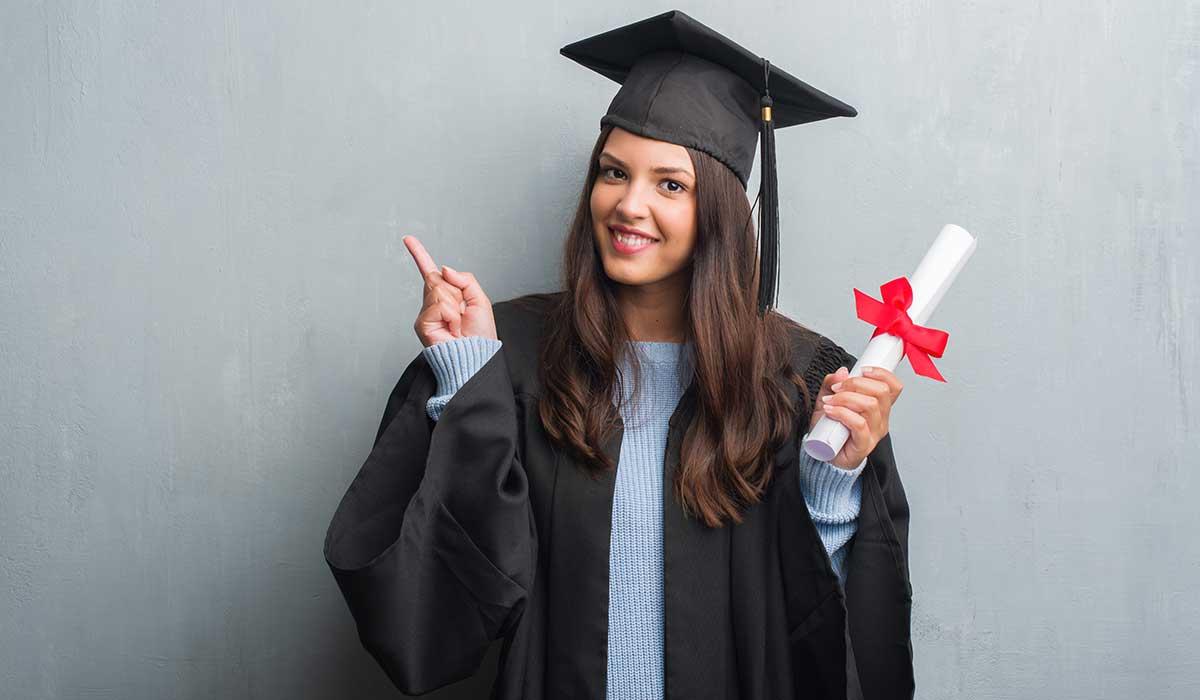 una hija recién graduada agradece a su papá en video viral