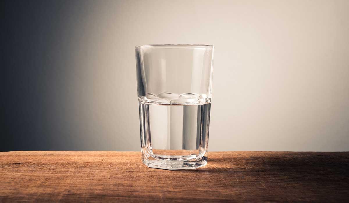 es malo beber agua de días anteriores
