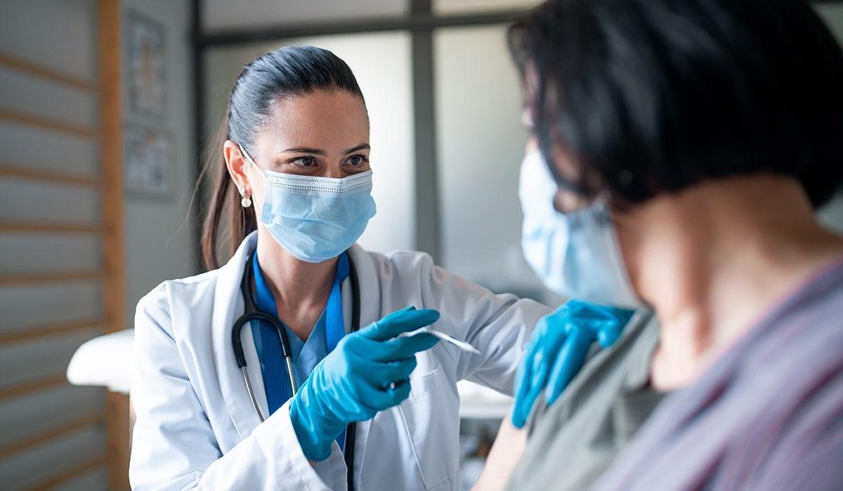 personas cpon alergias y el riesgo de vacunarse contra el covid