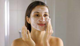¿Qué tan malo es lavarse la cara en la ducha? Expertos nos lo explican