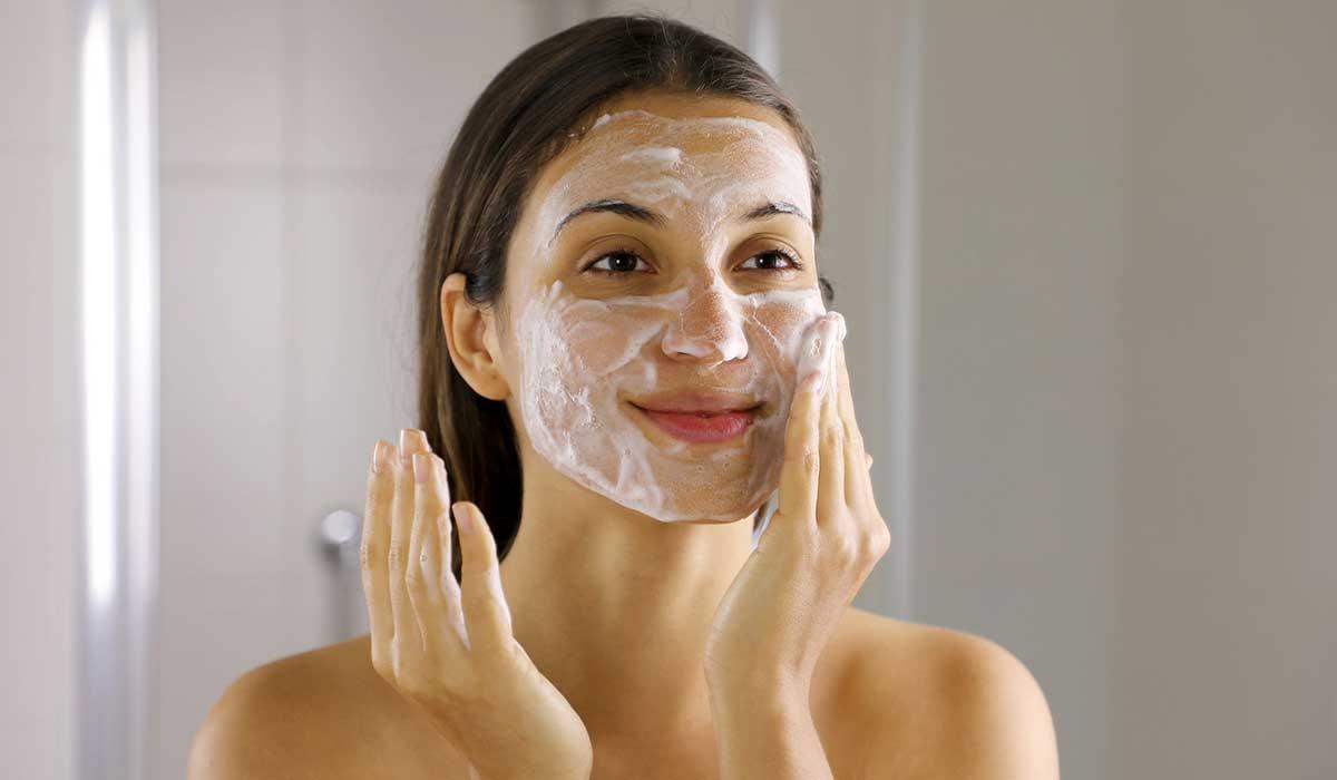 por qué debes de cuidar tu cara del agua caliente al bañarte