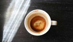 problemas al tomar café en una taza sucia