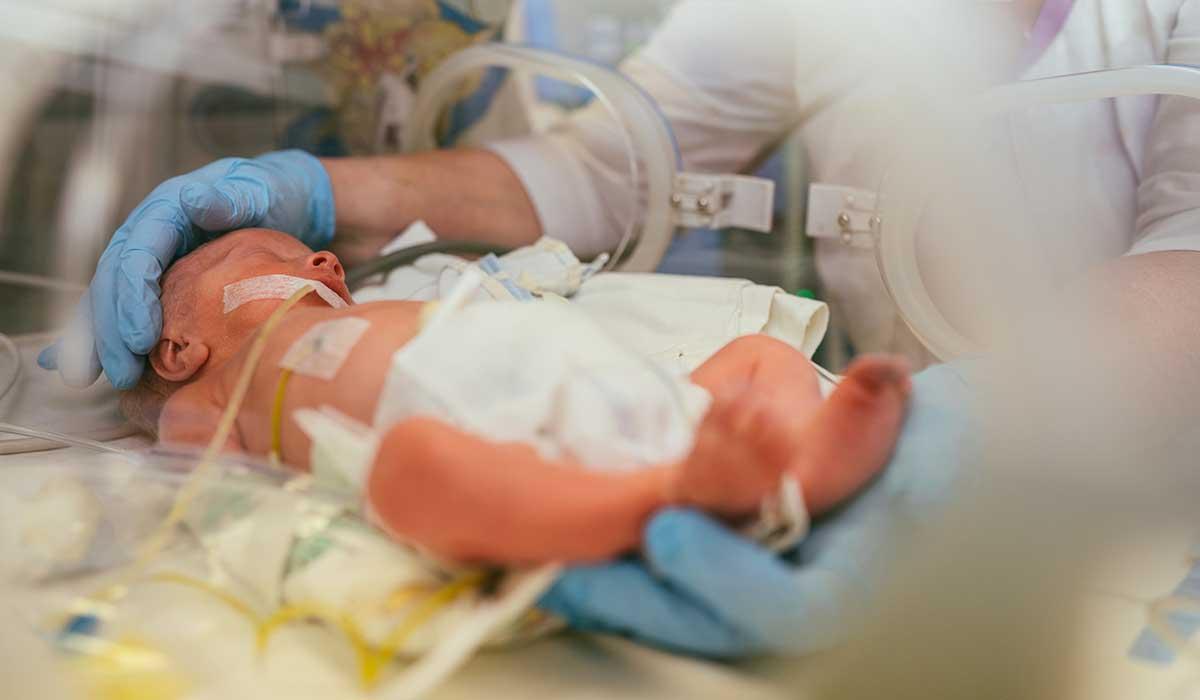el poder de la voz de una madre con su bebé prematuro