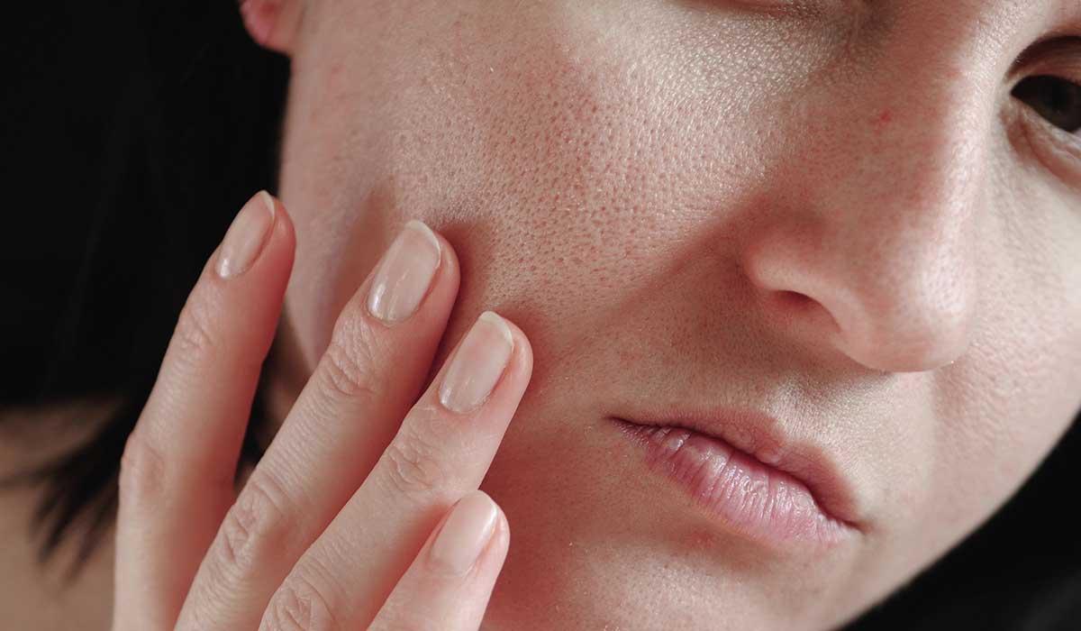 errores al maquillarte que hacen verte tu piel seca