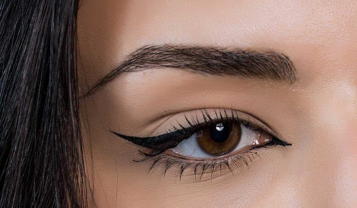logra resaltar tus ojos con maquillaje