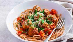 albondigas de pollo con salsa marinaria y espagueti integral