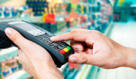 ¿Es correcto que te cobren una comisión cuando pagas con tarjeta?
