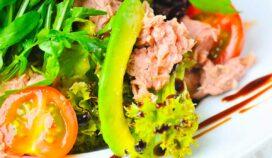 Tu corazón te agradecerá por esta ensalada de atún y aguacate con cerezas secas