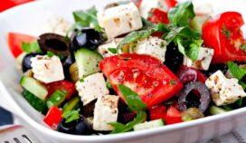 Ensalada mediterránea como parte de tu dieta para cuidar el corazón
